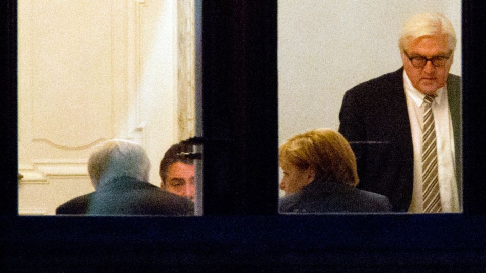 They talked late into the night: Chancellor Angela Merkel (2nd from right), SPD parliamentary group leader Frank-Walter Steinmeier (R) and 19 other party officials failed to make progress.