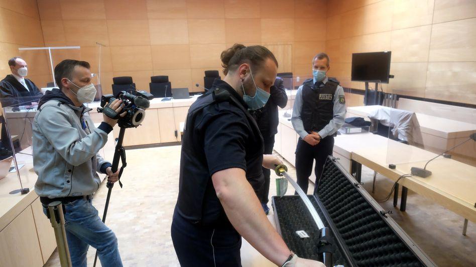 Tatwaffen-Präsentation im Landgericht Bielefeld (im Mai)