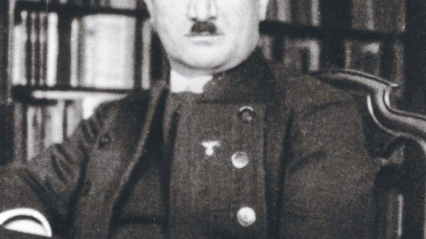 Professor Heidegger 1933 (mit einem NS-Abzeichen)