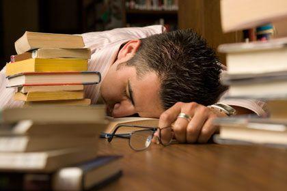 Eingeschlafen: Diese Position mag nicht die bequemste sein, doch ein Nickerchen mit REM-Schlaf fördert die Kreativität