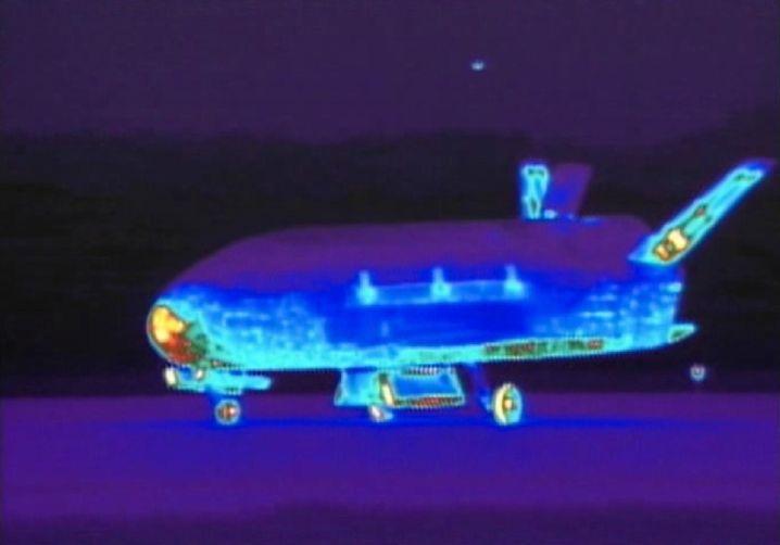 Dieses Infrarotbild entstand nach einer Landung der X-37B im Jahr 2012. Flügel und Nase haben sich besonders stark aufgeheizt.