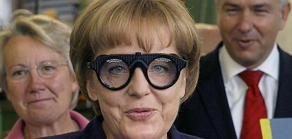 Kanzlerin Merkel (mit Bildungsministerin Schavan, Berlins Bürgermeister Wowereit): Ärger kurz vor dem Bildungsgipfel