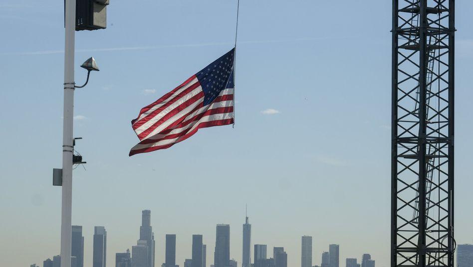 Eine US-Flagge auf einer Baustelle in Los Angeles (Archivbild)
