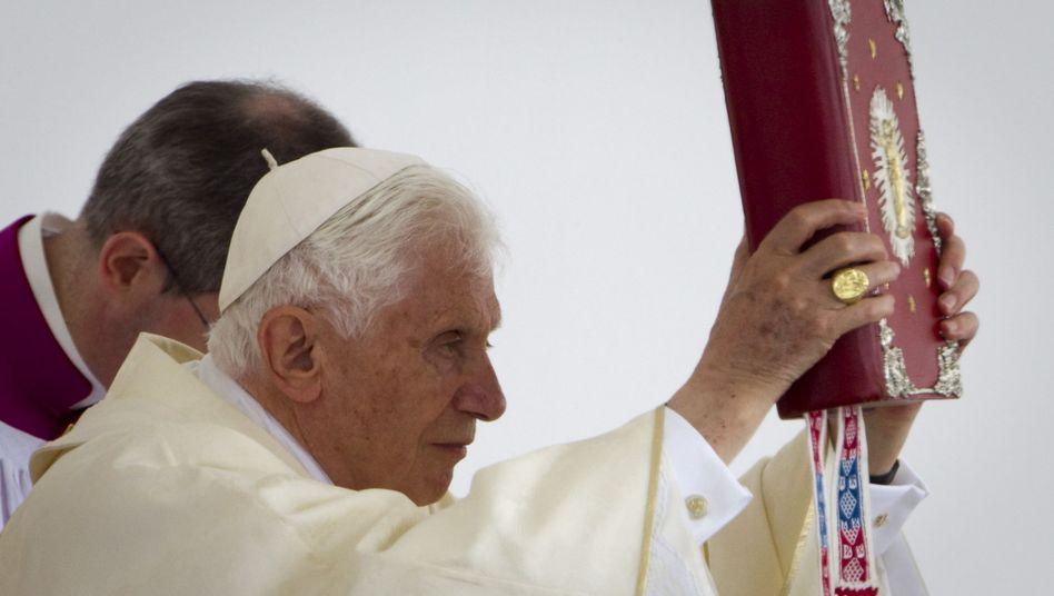 Papst Benedikt XVI.: Ist die Bibel eine so gefährliche Waffe, wie Kirchenkritiker meinen?