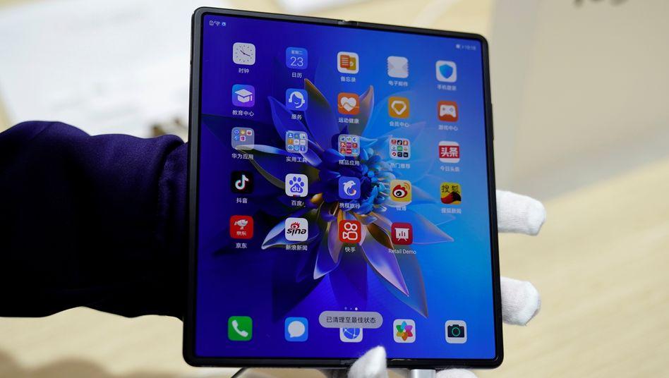 Ein Huawei-Mitarbeiter demonstriert auf der Mobilfunkmesse in Shanghai das Mate X2