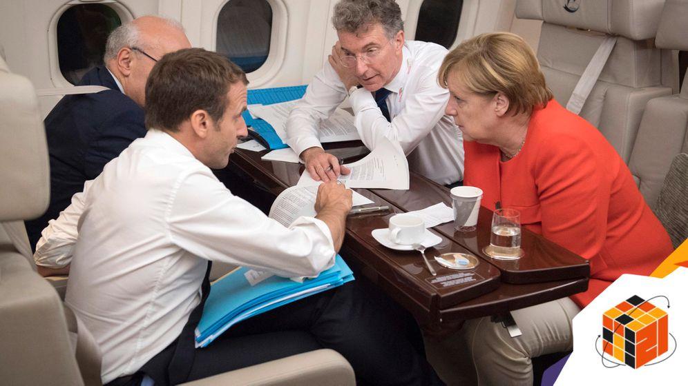 Frankreichs Staatspräsident Emmanuel Macron, Kanzlerin Merkel, Berater Heusgen (2017 in einem Airbus der Flugbereitschaft von Triest nach Paris)