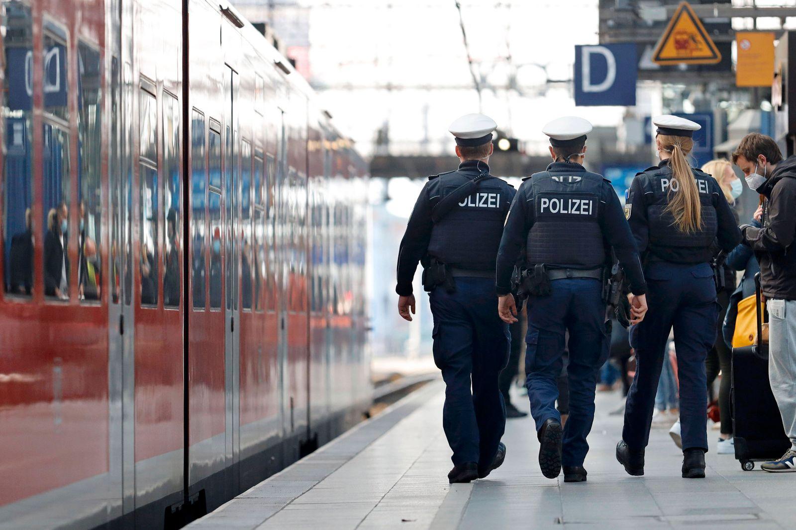 Polizisten mit schusssicheren Westen, Helmen und Maschinenpistolen umstellten den Kölner Hauptbahnhof und kontrollierte