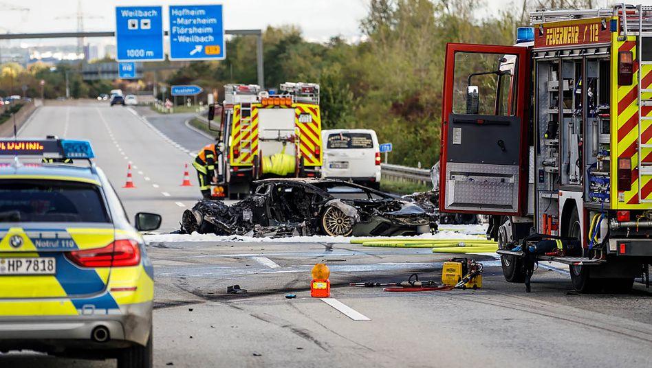 Feuerwehr- und Polizeifahrzeuge nach dem Unfall auf der A66