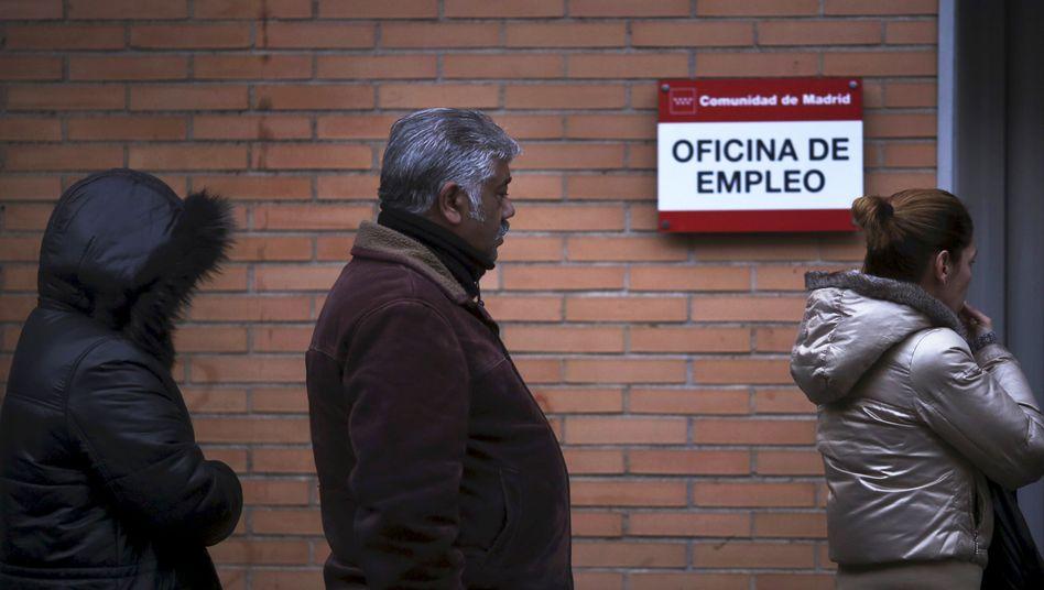 Warteschlangen von Arbeitslosen in Madrid (Archivbild)