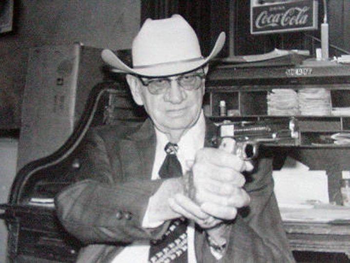 Jim T. Flournoy, der Sheriff von La Grange, erhielt Informationen aus dem Bordell