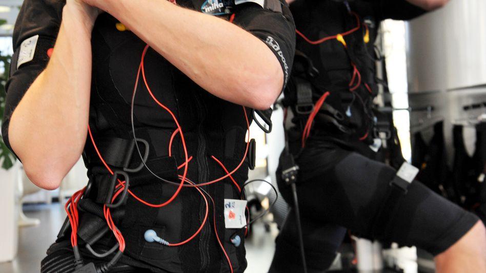 EMS-Training im Fitnessstudio: Stromstöße zum Aufbau von Muskulatur sollten nur unter kompetenter Beratung zum Einsatz kommen