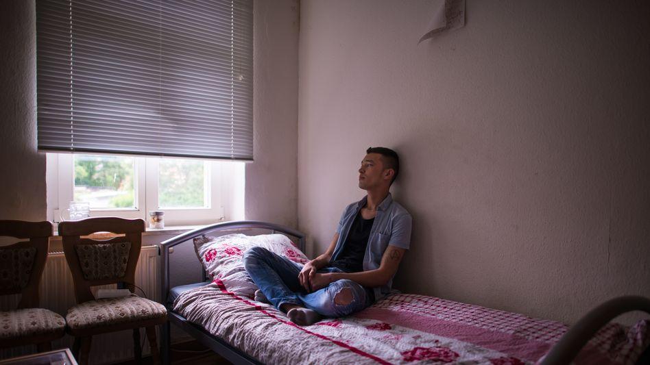Rahimi auf seinem Bett in Leipzig 2019: Er zog sich zurück in seine Wohnung, kaufte Whisky, schoss am Bildschirm auf laufende, sich duckende Menschen