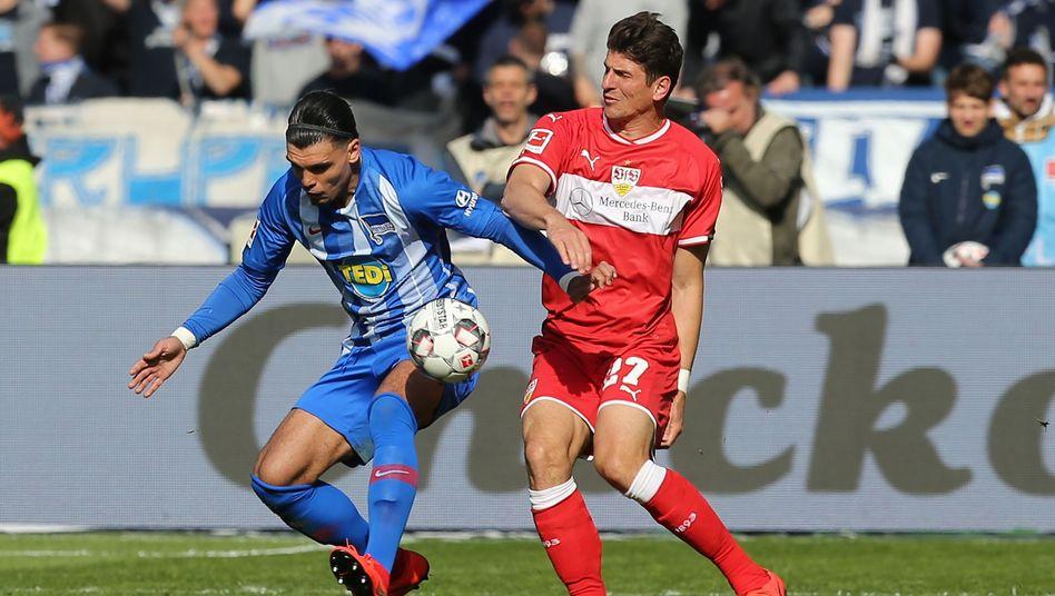 Karim Rekik (l.) und Mario Gomez