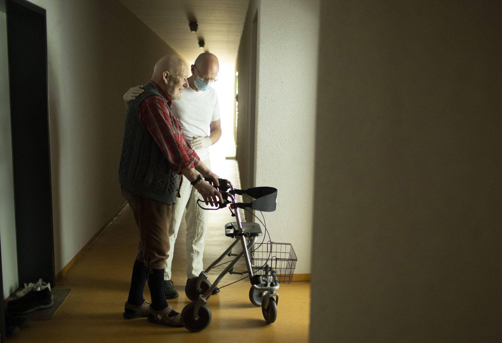 Thema: Altenpfleger und Mann mit Rollator , Heidelberg, 11.06.2020. Heidelberg Deutschland *** Topic geriatric nurse and