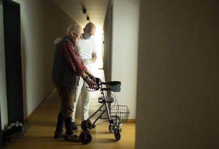 Altenpfleger, Pflegebedürftiger in Heidelberg: Kommt ein flächendeckender Tarifvertrag für alle?