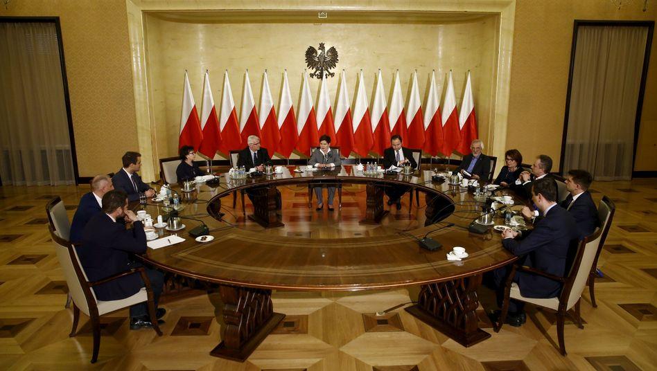 Polens Ministerpräsidentin Szydlo (Mitte) im Gespräch mit Parteivertretern in Warschau: Die EU setzt die neue Regierung unter Druck