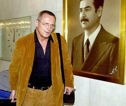 """Wecker neben Hussein-Porträt (im al-Rasheed-Hotel in Bagdad, in dem Wecker seine Unterbringung ablehnte): """"Es gibt sicherlich noch Linientreue"""""""