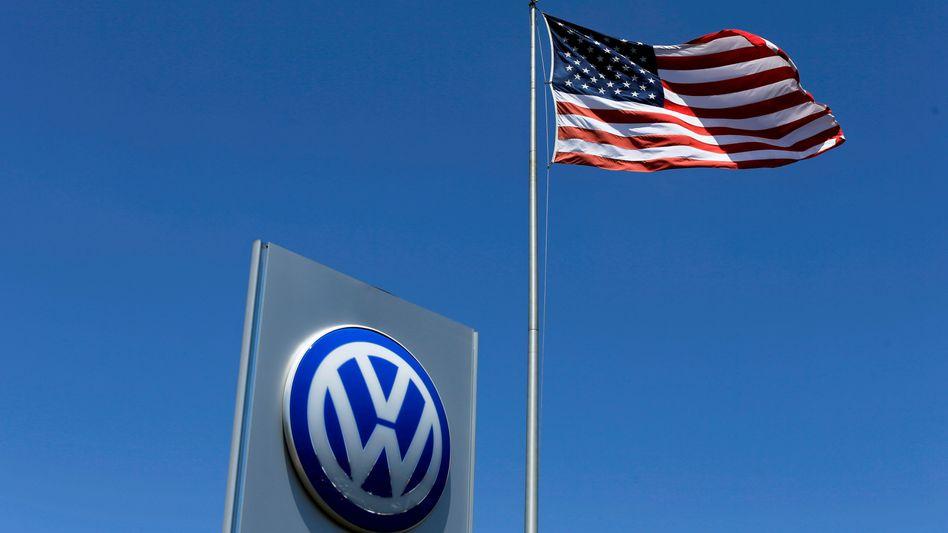 US-Flagge bei VW-Händler in Kalifornien: Klage im Namen des Unternehmens