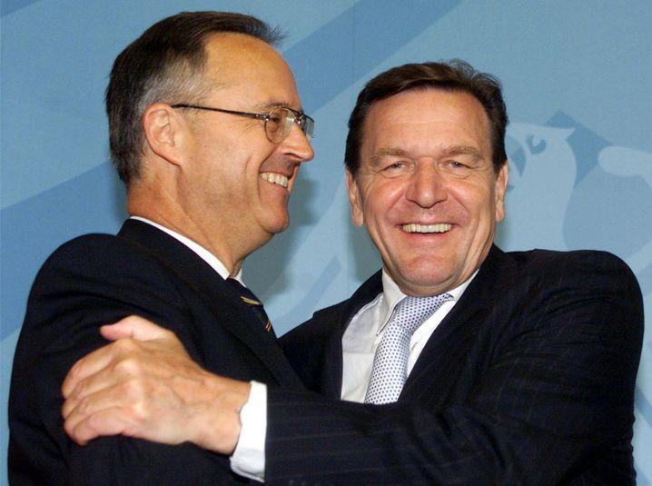 Der damalige Bundeskanzler Gerhard Schröder (rechts) und sein Finanzminister Hans Eichel im August 2001