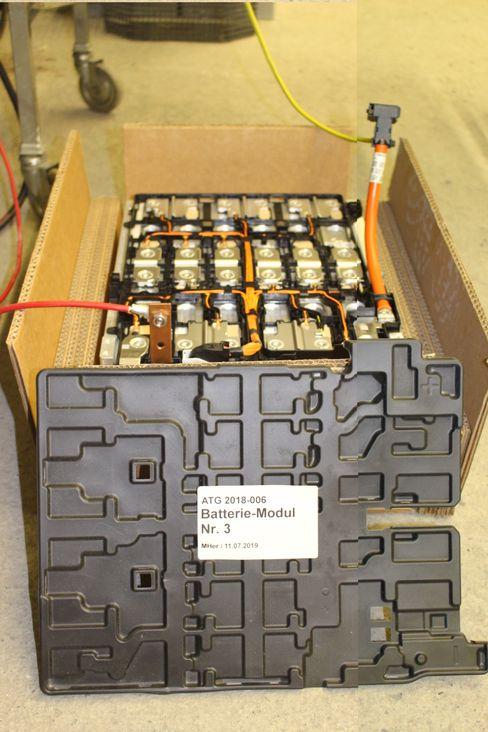 Die Forscher setzten im Versuchsstollen Hagerbach Batteriemodule wie dieses in Brand