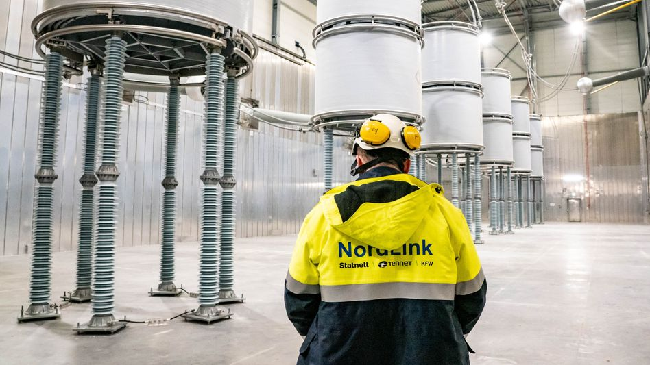 Techniker in einer Konverterstation von NordLink