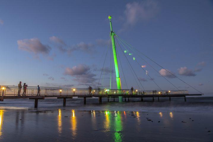 Seebrücke in Hohwacht: Grün vor blauem Himmel