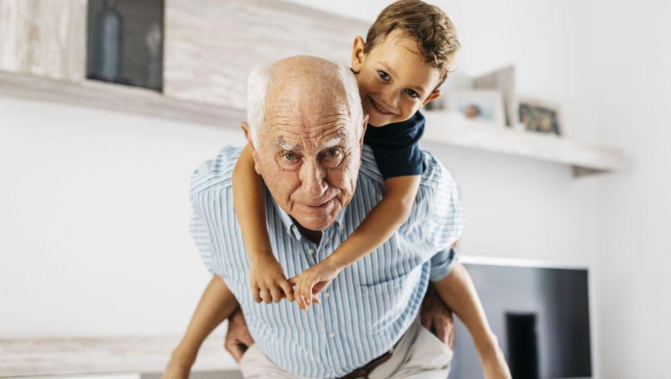 Großvater mit Enkelsohn: Schwierige Beziehung?