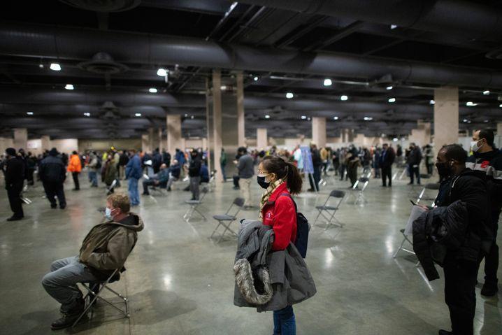 Bürger warten auf eine Coronaimpfung in Philadelphia, USA