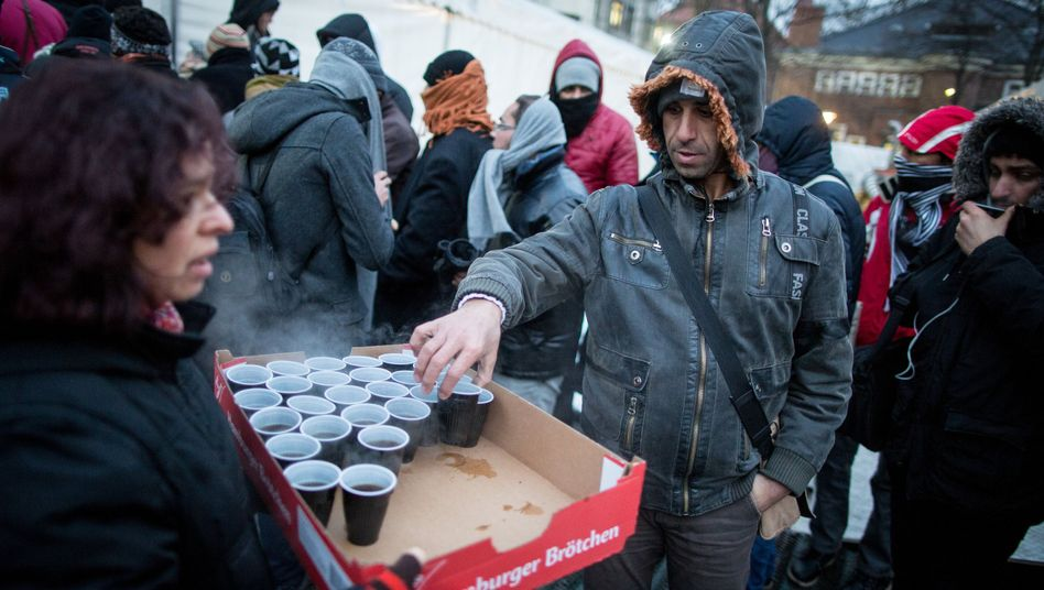 Helfer versorgen an diesem Montag Flüchtlinge vor dem Lageso