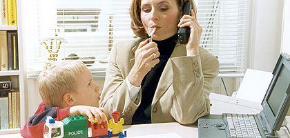 Raucherin mit Kind: Qualmen Eltern mehr als zehn Zigaretten pro Tag, erhöht sich das Risiko ihrer Kinder, an Arteriosklerose zu erkranken