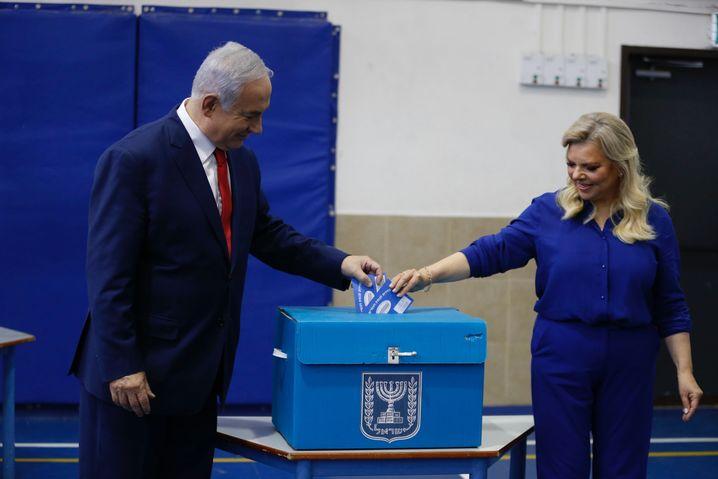 Benjamin Netanyahu bei der Stimmabgabe mit seiner Frau Sara