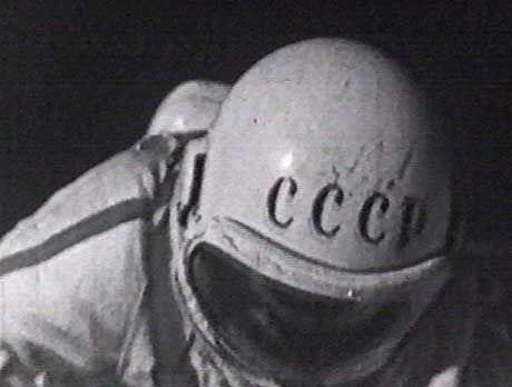 Unfähig sich zu bewegen schwebt der Kosmonaut Leonow im Weltraum