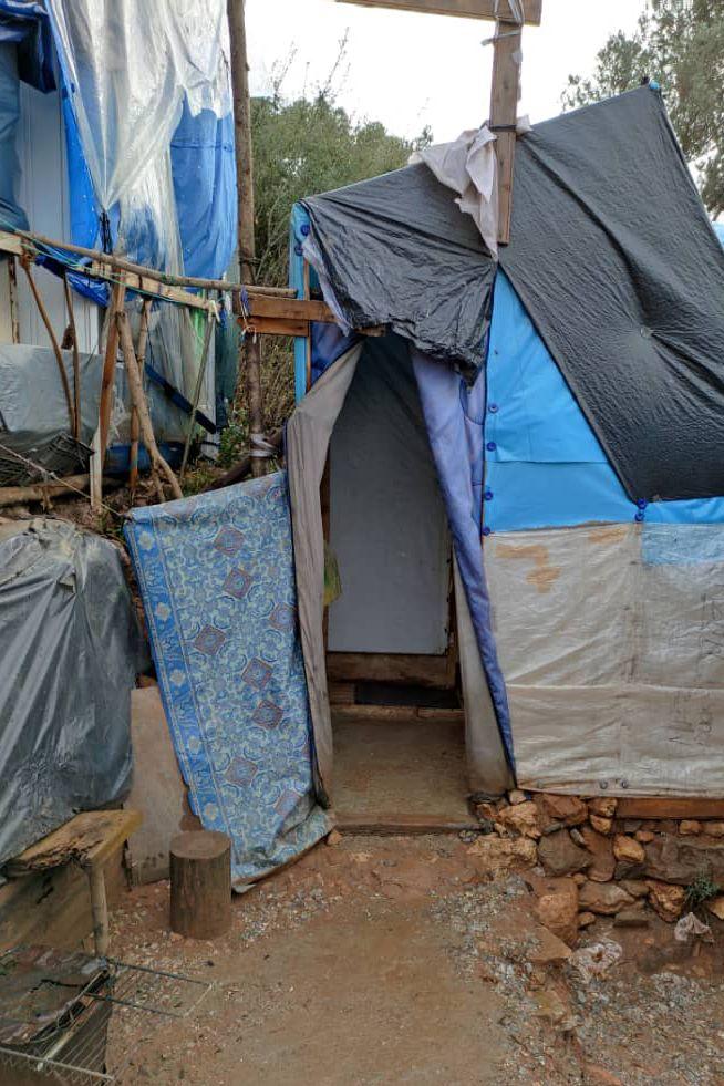 Sarah und ihr Sohn leben in diesem Verschlag im sogenannten Dschungel rund um das Samos-Camp