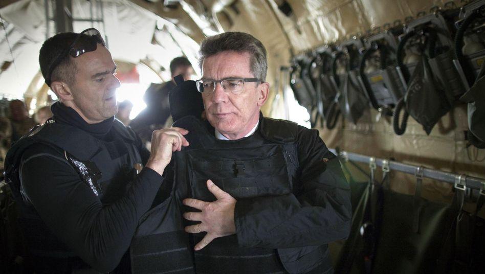 Minister de Maizière auf dem Weg nach Afghanistan: Zwei Fahrzeuge beschossen