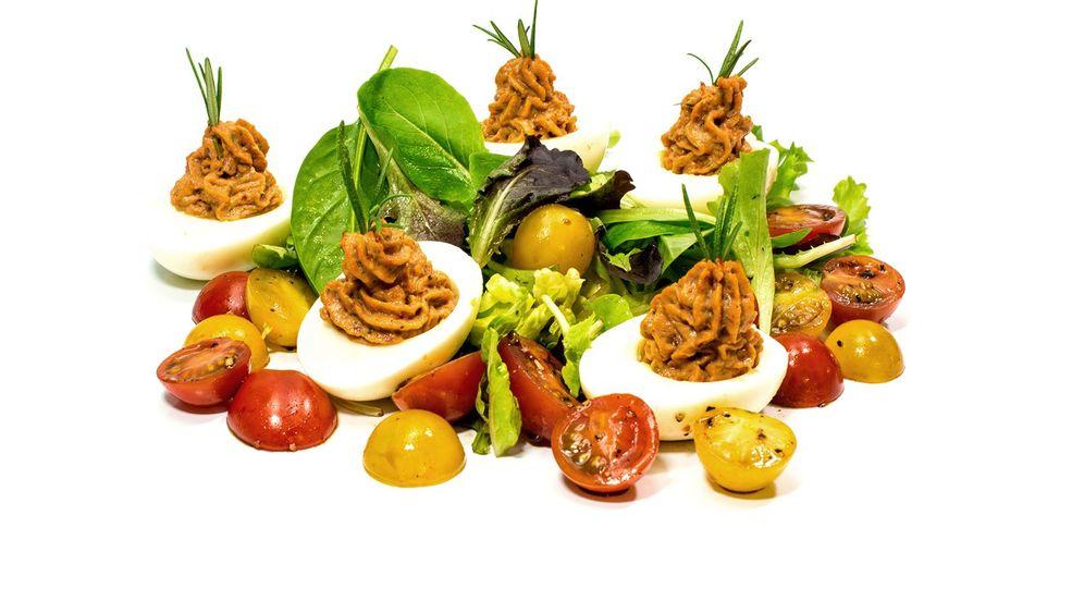 Kräuter, Eier und Tomaten: Eine russische Spezialität