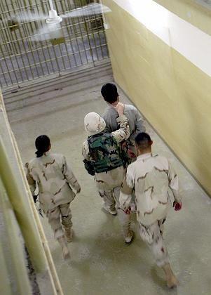US-Soldaten mit irakischem Gefangenen im Gefängnis Abu Ghureib: US-Militär rekrutierte Ärzte als Ausbilder von Verhörspezialisten