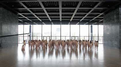 Performance in Berlin: Macht Nacktheit stark?