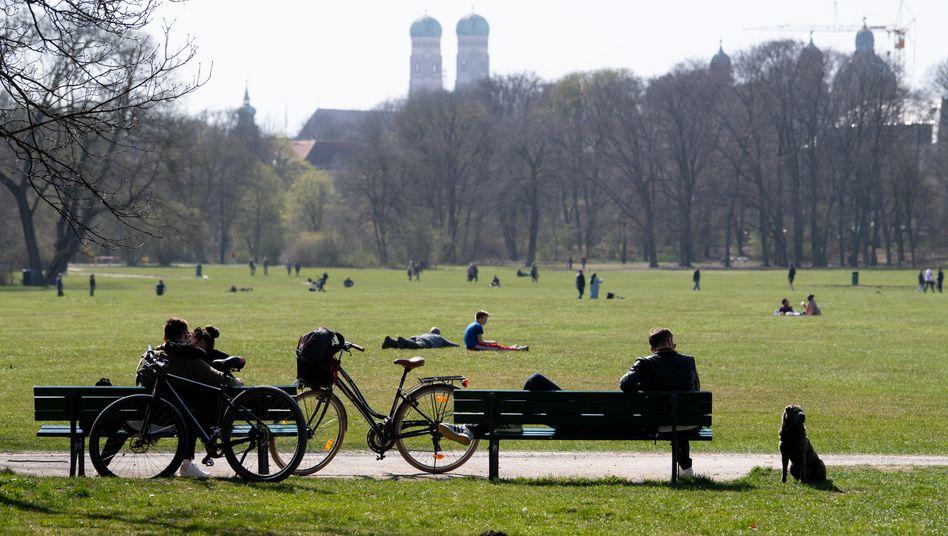 Englischer Garten in München: Künftig ist in Bayern im Freien der Kontakt zu einer Person außerhalb des eigenen Hausstands erlaubt