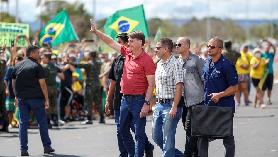 Jair Bolsonaro (Mitte) lässt sich von seinen Anhängern feiern