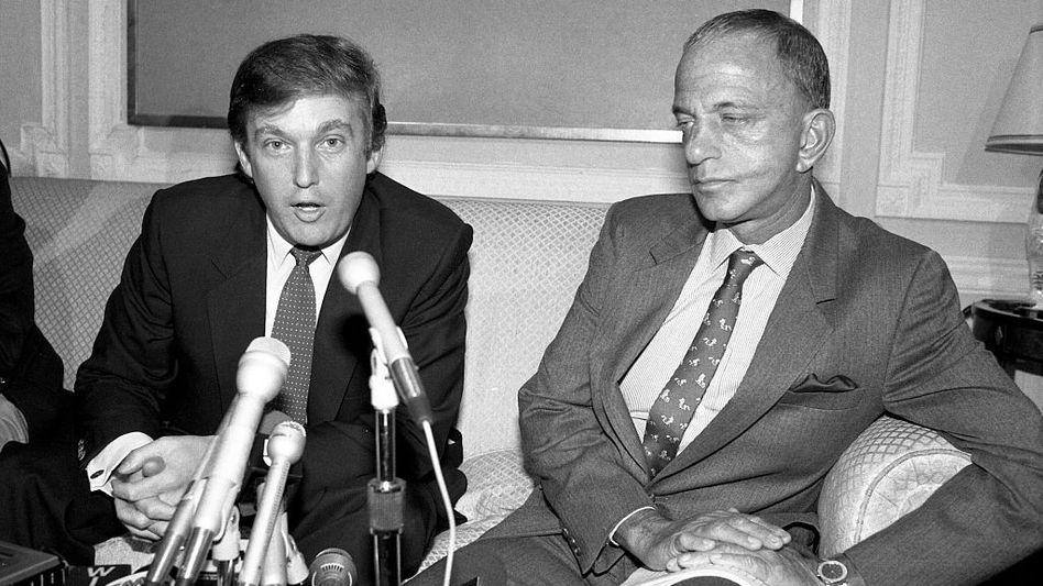 Donald Trump (links) mit Roy Cohn 1984