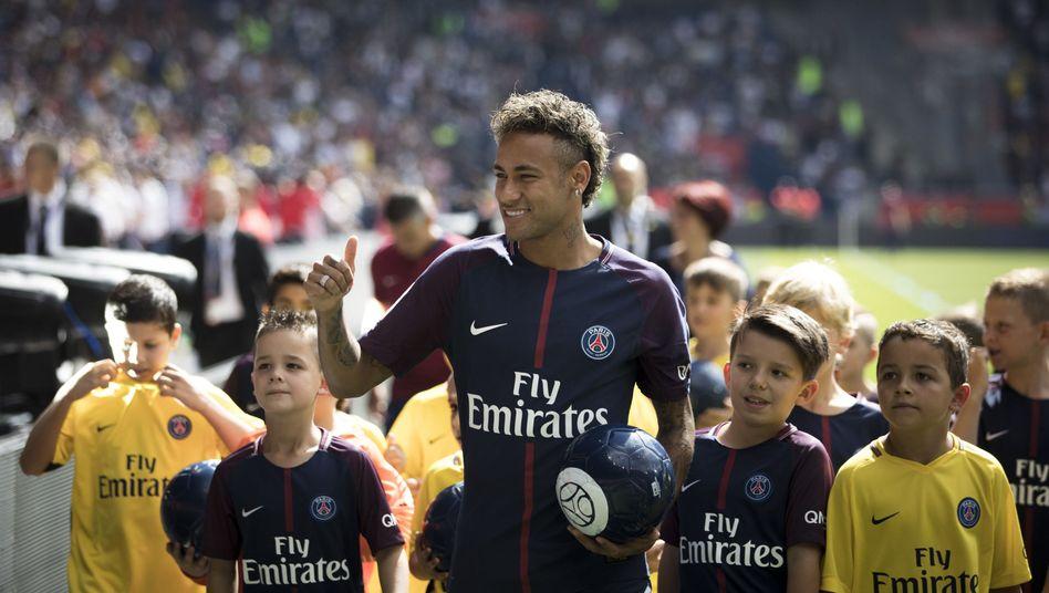 Neymar und jugendliche Fans von Paris Saint-Germain