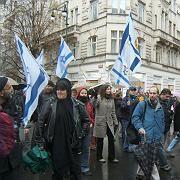 Gegendemonstranten in Prag: Viele trugen gelbe Sterne auf der Kleidung.