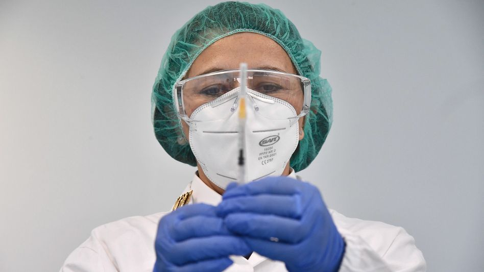 Eine Ärztin bereitet eine Impfung mit der nun gestoppten Vakzine von AstraZeneca vor