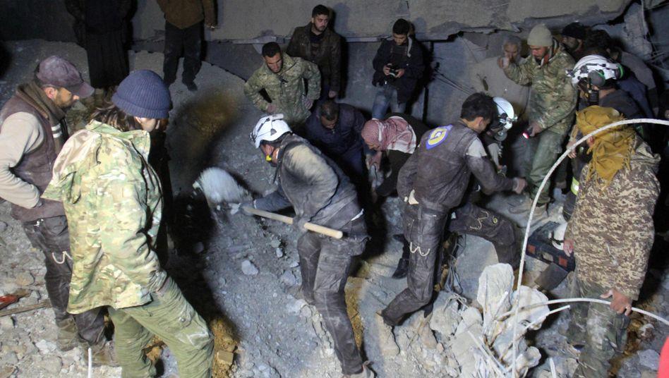 Rettungskräfte nach dem Angriff auf die Moschee in al-Jina