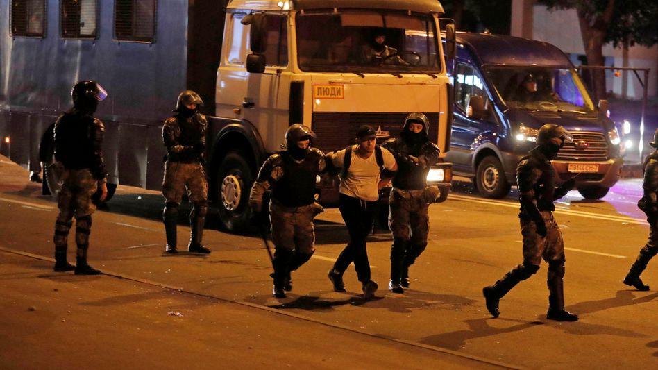 Sicherheitskräfte nehmen in der Nacht zum Montag einen Mann in Minsk fest