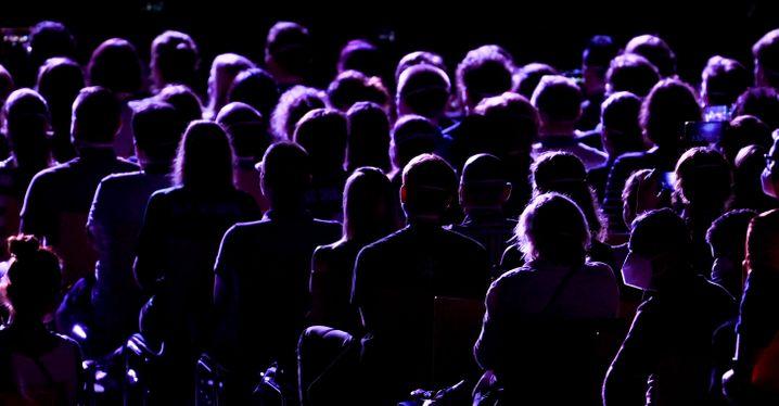 Publikum beim ersten Konzert: Ungewohnt enges Beisammensein