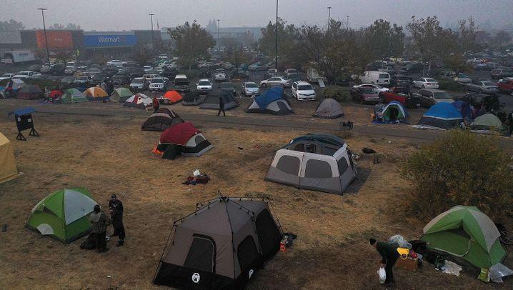 Waldbrände in den USA: Überlebende verbringen die Nächte in Zelten