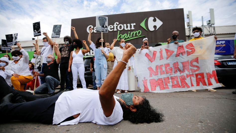 Eine Frau protestiert nach dem Mord an João Betovor einem Carrefour-Supermarkt