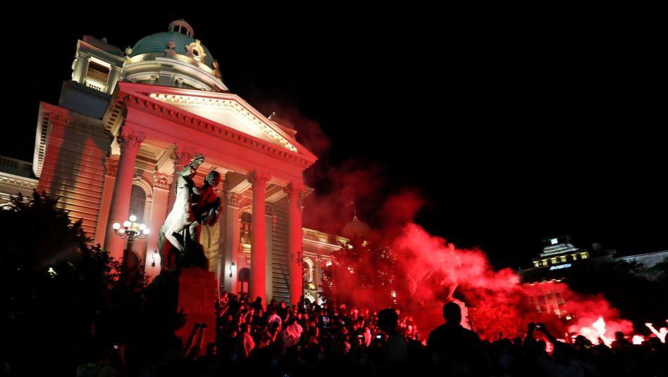 Eine Gruppe Demonstranten drang in das serbische Parlament ein