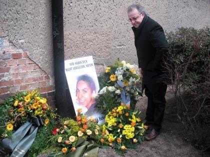 Trauer um Hatun Sürücü: Der Vorsitzende der Türkischen Gemeinde in Deutschland, Kenan Kolat, legt am Tatort Blumen nieder